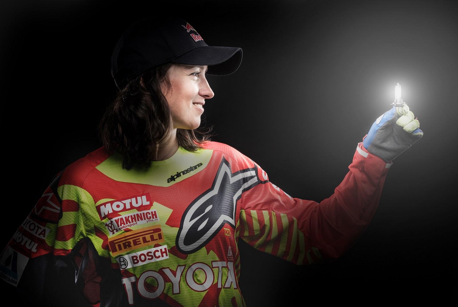 Анастасия Нифонтова демонстрирует замену ламп Bosch в мотоцикле