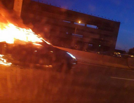 Автомобиль Tesla после ДТП на МКАД загорелся и взорвался