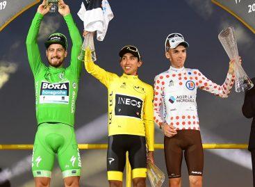 Победитель велогонки Тур де Франс 2019 Эган Берналь получил кубок Škoda Auto