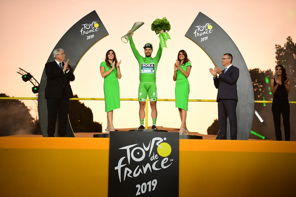Победитель велогонки Тур де Франс 2019 получил кубок ŠKODA AUTO