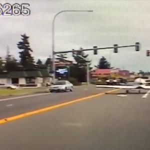 Самолет совершил аварийную посадку на городское шоссе