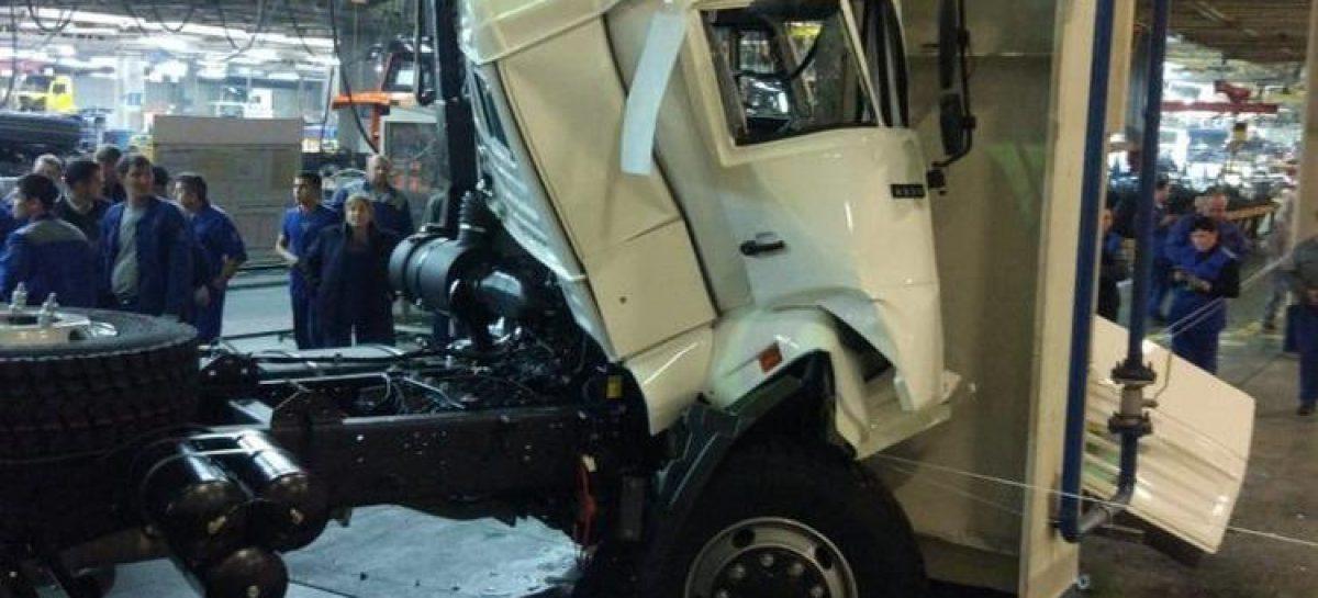 Новенький КАМАЗ врезался в опору, съезжая с конвейера на заводе