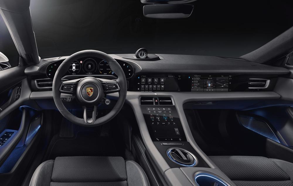 Салон и руль Porsche Taycan