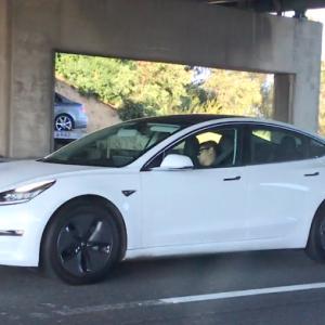Электрокар Tesla снова спас водителя