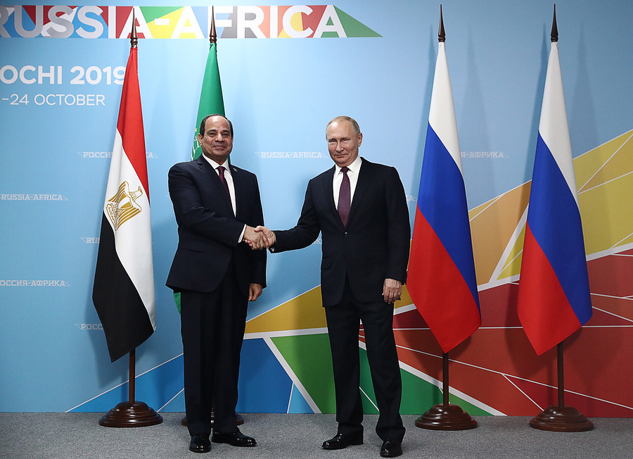 Президент Египта, сопредседатель Саммита Россия-Африка Абдель Фаттах Аль-Сиси и президент РФ Владимир Путин (слева направо) во время беседы в рамках Саммита Россия-Африка