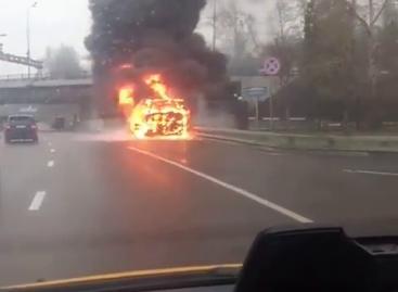 Перед Лефортовским тоннелем на юго-востоке Москвы загорелся автобус