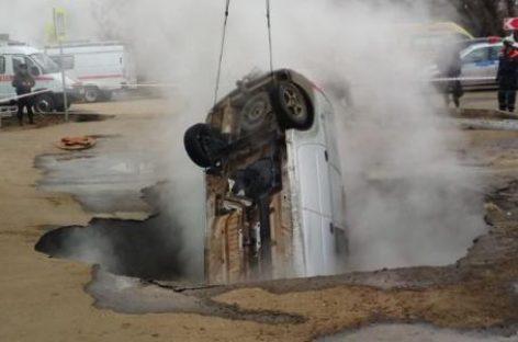 В Пензе автомобиль угодил в яму с кипятком