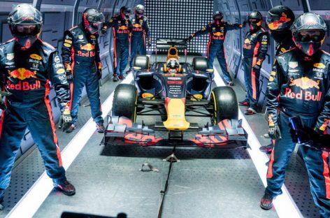 Болид Формулы-1 переобулся в невесомости