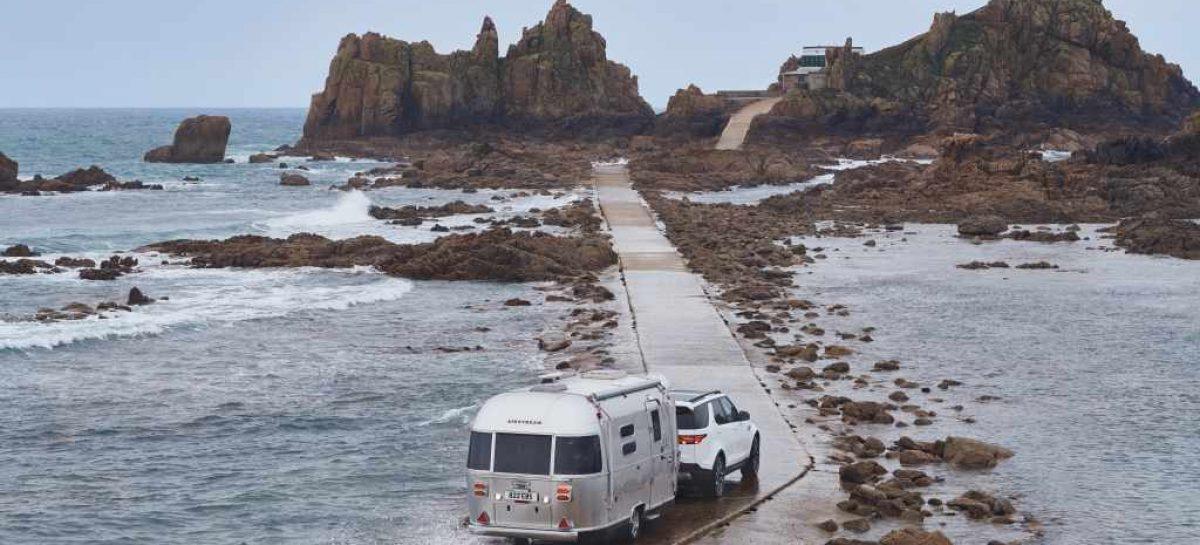 Джек и Майкл Уайтхолл испытали систему движения задним ходом с прицепом Tow Assist на Land Rover Discovery