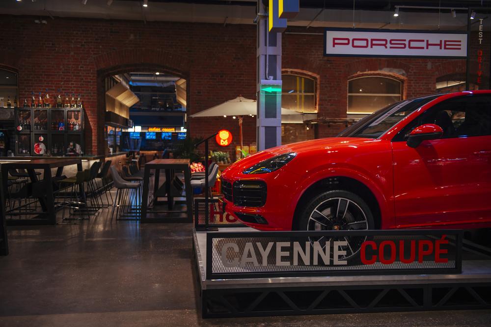 новое место знакомства с Cayenne Coupé в центре Москвы