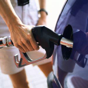 От чего зависит сторона расположения бензобака в автомобиле?