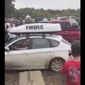 Subaru Impreza непринужденно вытащила из грязи застрявший Ford F-350