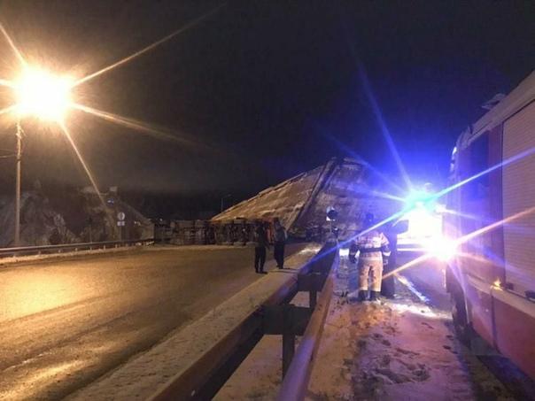 На окраине Оренбурга упал автомобильный мост с машинами