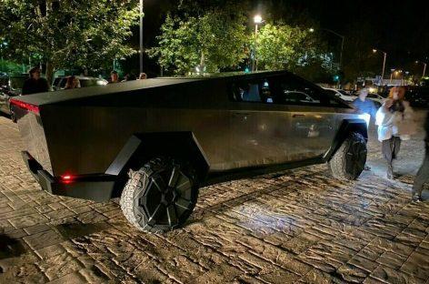 Илон Маск впервые сел за руль Cybertruck и поехал на нем в ресторан