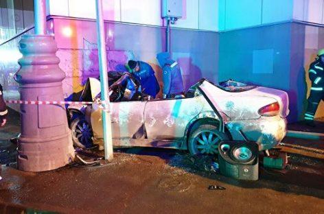 На севере Москвы автомобиль врезался в станцию МЦК