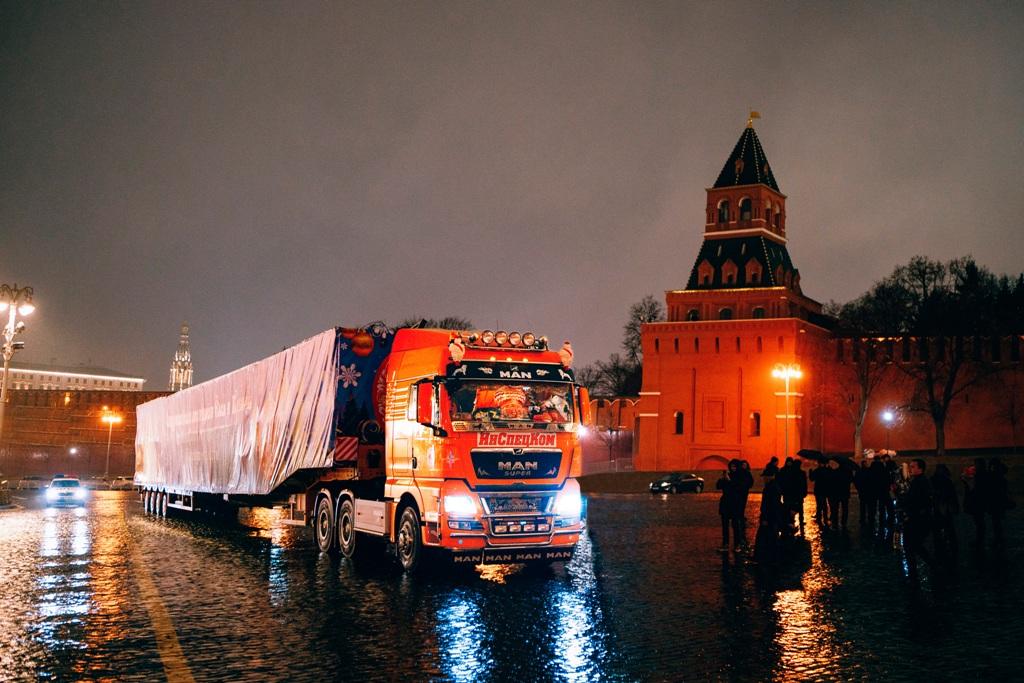 Тягач MAN TGX доставил Главную новогоднюю елку России в Кремль