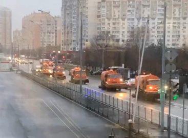 Наулицы Москвы вотсутствие снега вышла снегоуборочная техника