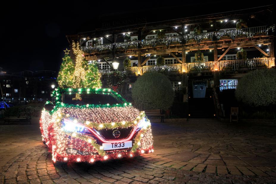 Nissan Leaf превращается в рождественскую ёлку
