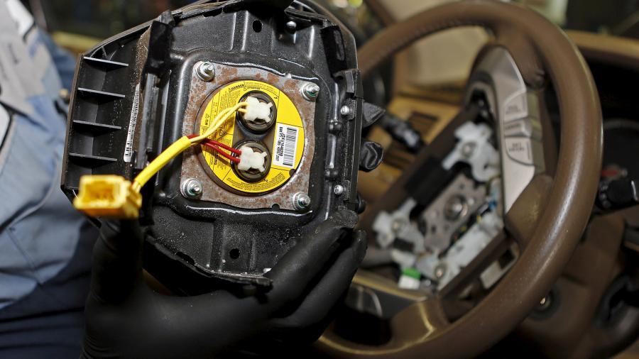 Снятая с автомобиля подушка безопасности японской компании Takata