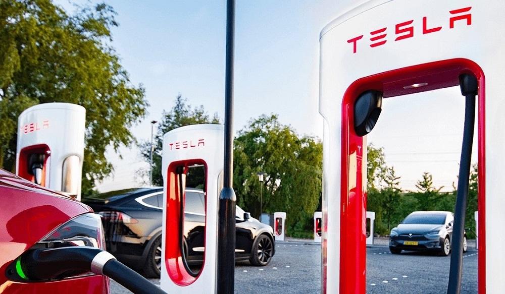 Tesla выстроились в очередь на зарядку