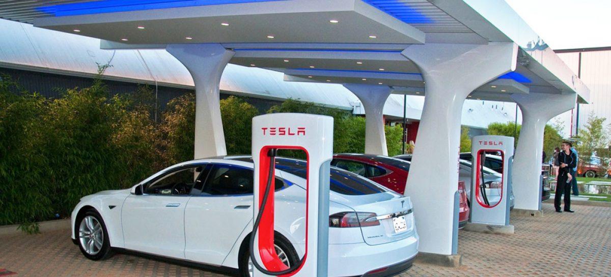 В Калифорнии владельцы Tesla выстроились в очередь на зарядку