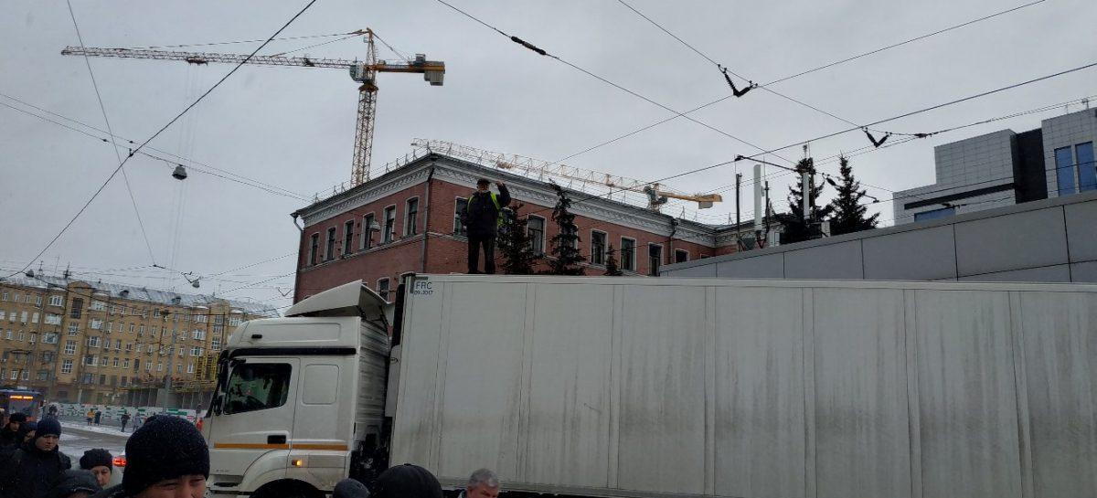 Водителю-забастовщику, перекрывшему на фуре улицу в Москве, выплатили часть зарплаты