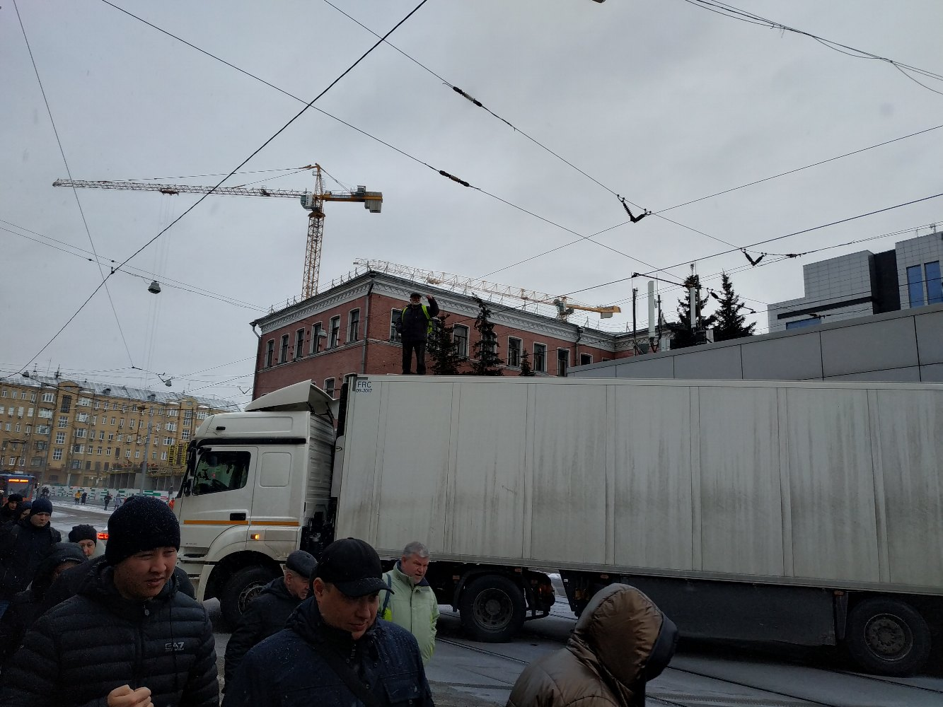 дальнобойщик перекрыл фурой бауманскую улицу