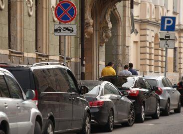 Несколько тысяч москвичей вынуждены парковаться у своих домов за деньги из-за обнуления резидентных разрешений