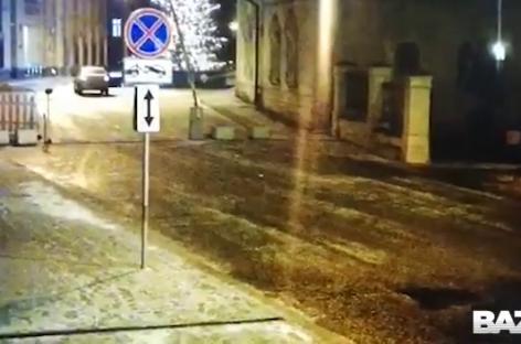Каршеринговый автомобиль протаранил здание МВД на Петровке
