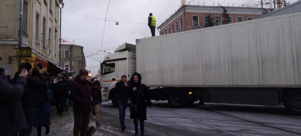 """В Москве водитель фуры перекрыл Бауманскую улицу: """"у него семь детей и их нечем кормить"""""""