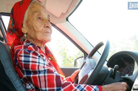 90-летняя жительница Актобе разъезжает по городу за рулем «Лады Приоры»