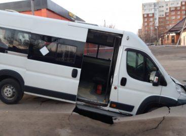 Под Ростовом маршрутка провалилась в двухметровую яму на дороге