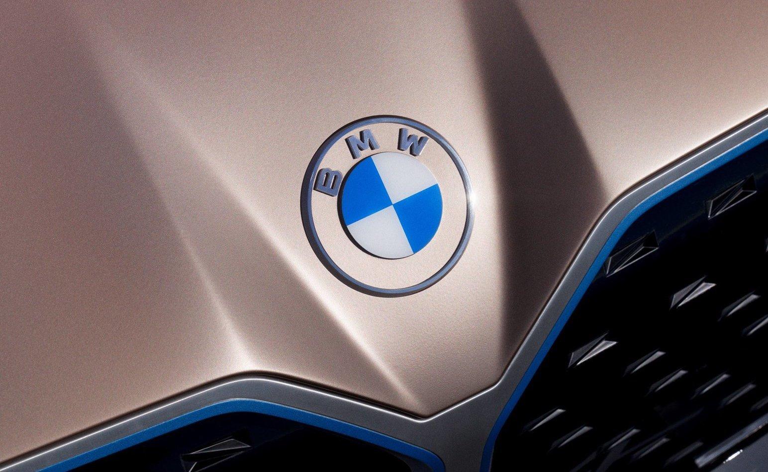 BMW i4 с новым логотипом