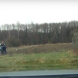 Мотоциклист после погони хотел убежать в лес, но инспектор его догнал