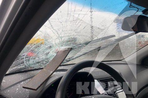 Рессора от грузовика влетела в лобовое стекло и чудом не задела водителя