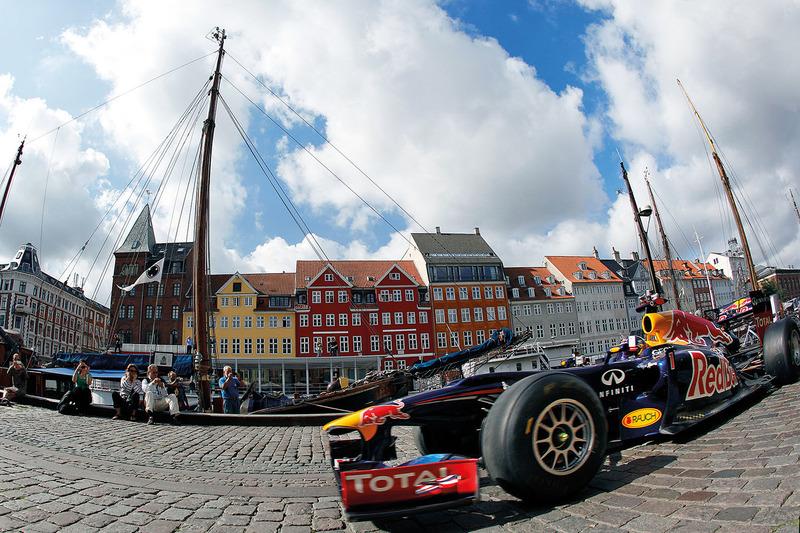Дэвид Култхард за рулем Red Bull едет по Нюхавну