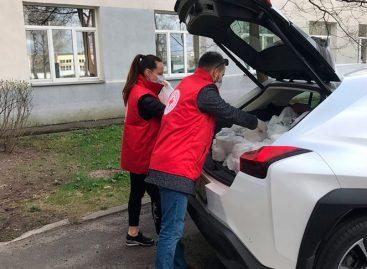 «Яндекс.Такси» бесплатно развозит волонтеров для доставки обедов пожилым