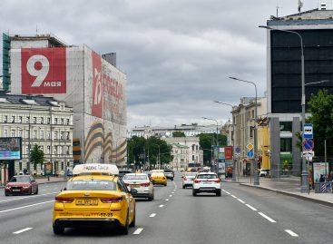 Власти Москвы, Петербурга и областей попросили не упрощать правила работы в такси для мигрантов