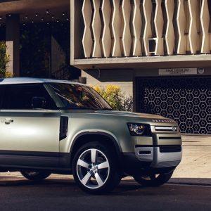 Новые автомобили Land Rover Defender теперь и в России