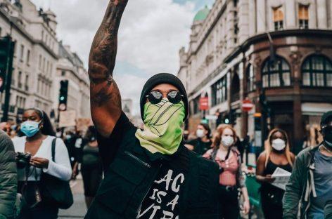 Льюис Хэмилтон вышел на акцию протеста против расизма