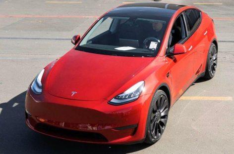 Tesla продолжает снижать цены на электромобили
