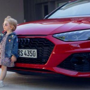 Audi разместила рекламу с девочкой с бананом
