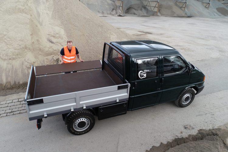 The cargo bed on the double cab measured 4 square metres. Размер грузовой платформы на двухместной кабине составлял 4 квадратных метра.