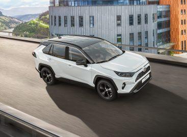 Тойота представляет новую версию кроссовера RAV4 c двухцветным исполнением кузова, Apple Carplay и Android Auto