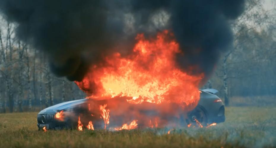 Российский блогер Михаил Литвин на видео сжег свой автомобиль Mercedes GT63s
