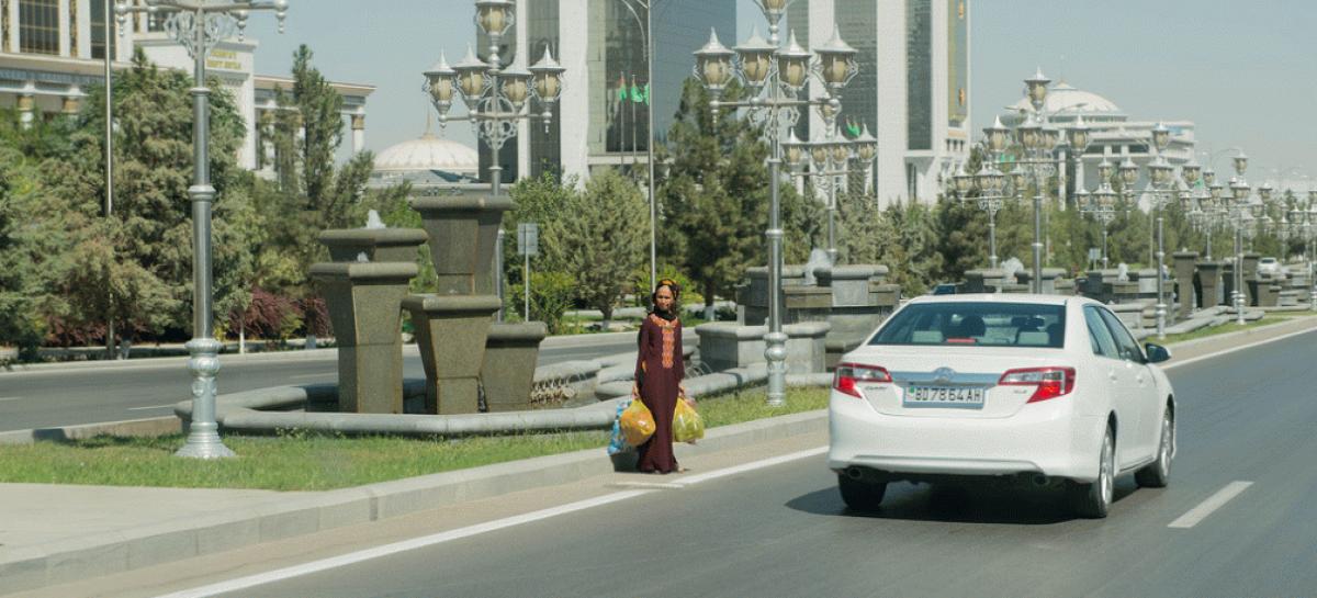 В Туркменистане автомобилистов заставляют красить черные элементы машин в белый цвет