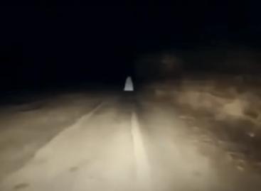 В Казахстане «призрак девушки» напугал автомобилистов: аксакалы принесли в жертву скот и прочитали молитву
