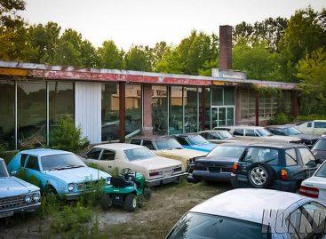 Заброшенный автосалон, в котором все еще продаются подержанные автомобили