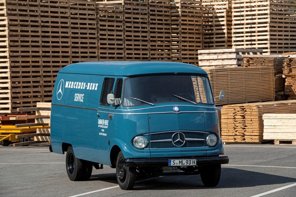 1955 г.: Mercedes-Benz L 319: кабина над двигателем и хороший круговой обзор В 1955 году молодая Федеративная Республика Германия была в разгаре экономического бума. Ремесло, торговля и промышленность нуждались в подходящих транспортных средствах, чтобы справиться с растущим потоком заказов и товаров. Mercedes-Benz представил решение L 319. Первый самостоятельный коммерческий фургон марки за почти три десятилетия отличался от своих предшественников современной компактной концепцией кабины над двигателем. Новаторская компоновка и огромный успех продаж сделали L 319 предшественником многих успешных поколений коммерческих автомобилей Mercedes-Benz, вплоть до нынешних модельных рядов Sprinter и Vito. Чтобы обеспечить комфортную посадку, конструкторы сместили переднюю ось далеко вперед, что вместе с изогнутым цельным панорамным ветровым стеклом придало 3,6-тонному автомобилю уникальный облик. Панель приборов оборудовали спидометром и указателем температуры охлаждающей жидкости. Датчика уровня топлива пока еще не было. В то время водителям приходилось самим рассчитывать, на сколько километров хватит топлива в 60-литровом баке. Рычаг переключения передач на рулевом колесе был ранним предшественником джойстика в нынешнем Sprinter. Указатели поворота и звуковой сигнал включались с помощью сигнального кольца на рулевом колесе. Продольно установленный двигатель, который выступал далеко в кабину, обладал высокой слышимостью и затруднял перемещение с места водителя на место переднего пассажира. Взамен этого кабина впечатляла сплошным открытым отсеком для хранения документов на передней панели.