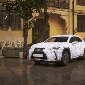 Вместо тысячи слов: представлен Lexus UX, покрытый тысячами лепестков